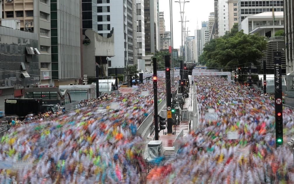 31 de janeiro - Participantes dão início a São Silvestre, a corrida anual, na Avenida Paulista neste domingo (31) (Foto: Leonardo Benassatto/Reuters)
