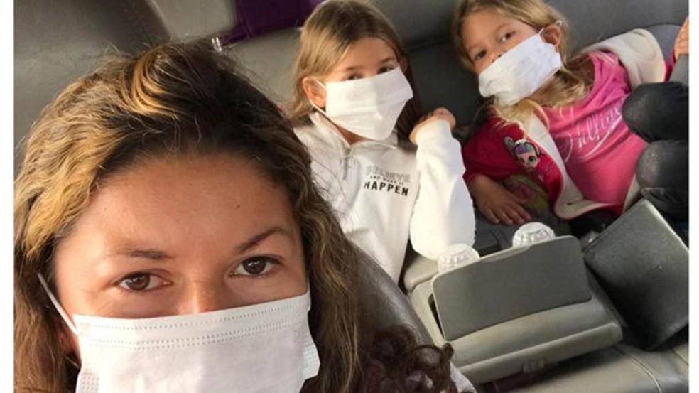 Maria e as filhas Eloah e Yara precisaram usar máscaras após ameaças do exército — Foto: Arquivo Pessoal