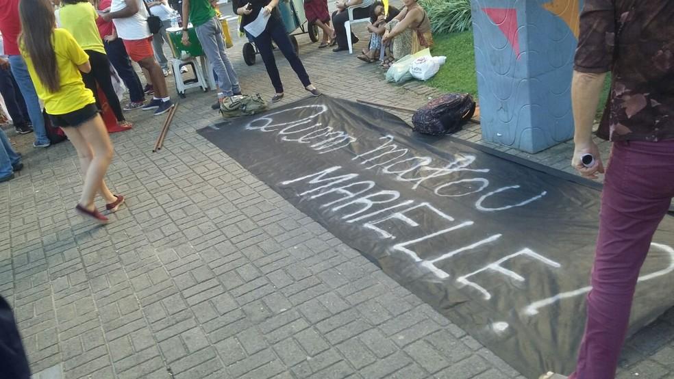 Manifestantes cobraram resolução do inquérito da morte de Marielle Franco e protestaram contra feminicídios no RN (Foto: Sérgio Henrique Santos/Inter TV Cabugi)