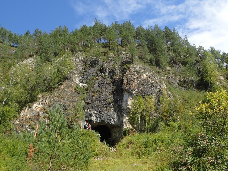 Entrada da Caverna Denisova, o famoso local no sul da Sibéria onde foram encontrados restos de neandertais e de seus parentes asiáticos, os denisovanos. (Foto: Richard G. Roberts)