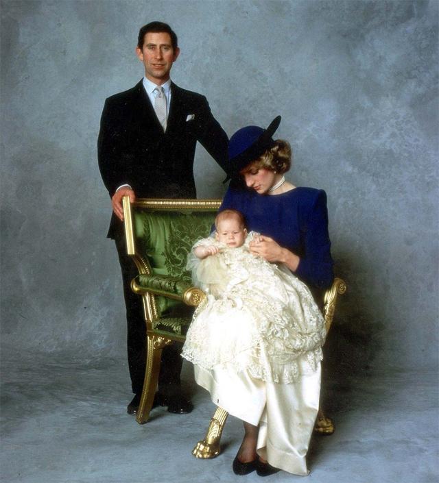 Charles e Diana com o pequeno príncipe Harry no dia do seu batismo em 1984 (Foto: Reprodução)