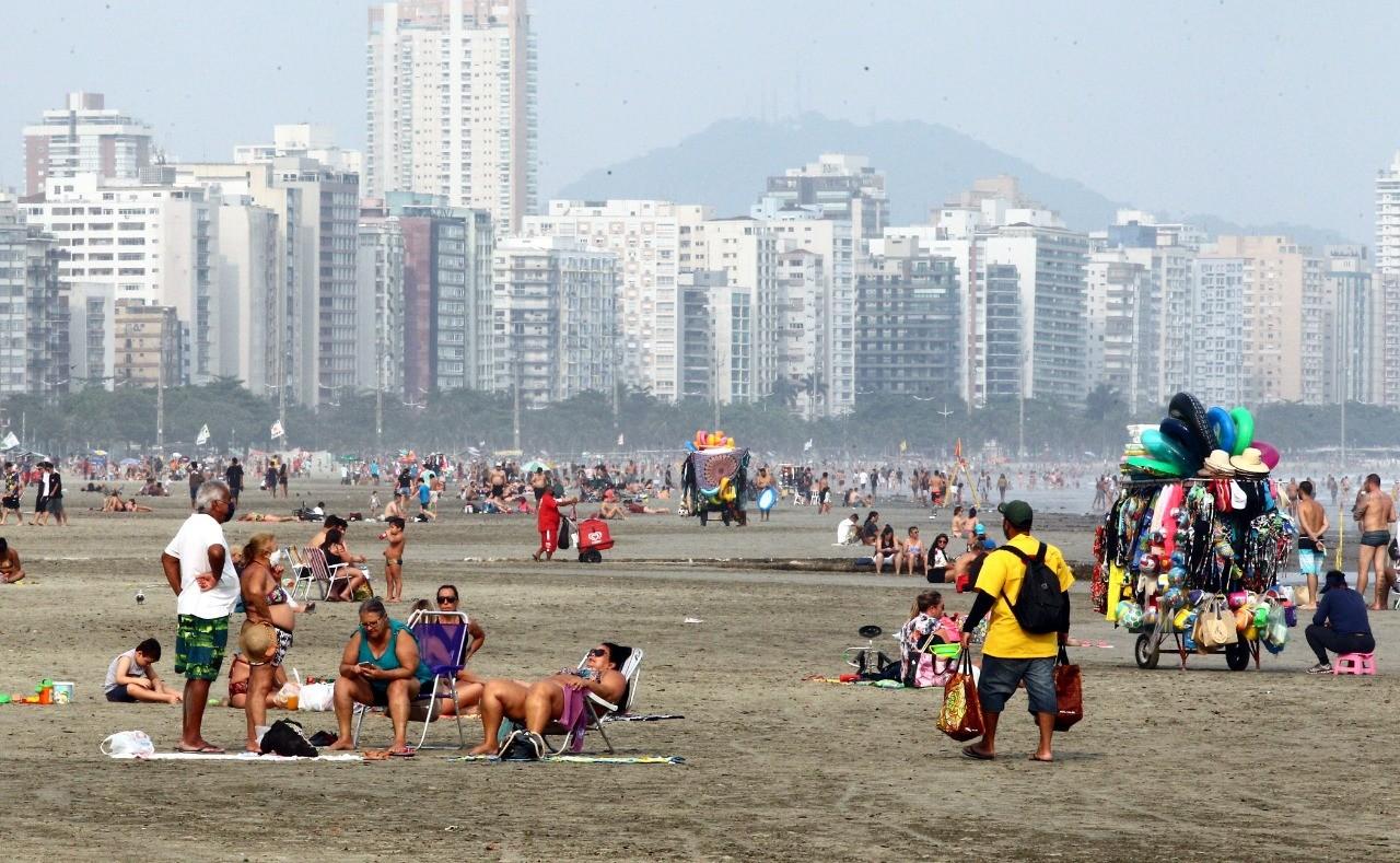 Mesmo com tempo nublado, banhistas lotam praias no litoral de SP