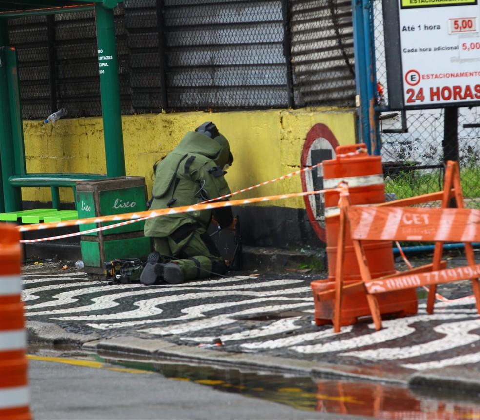 Equipes do GATE foram acionadas e verificam se o objeto é um artefato explosivo — Foto: Nirley Sena/Atribuna Jornal