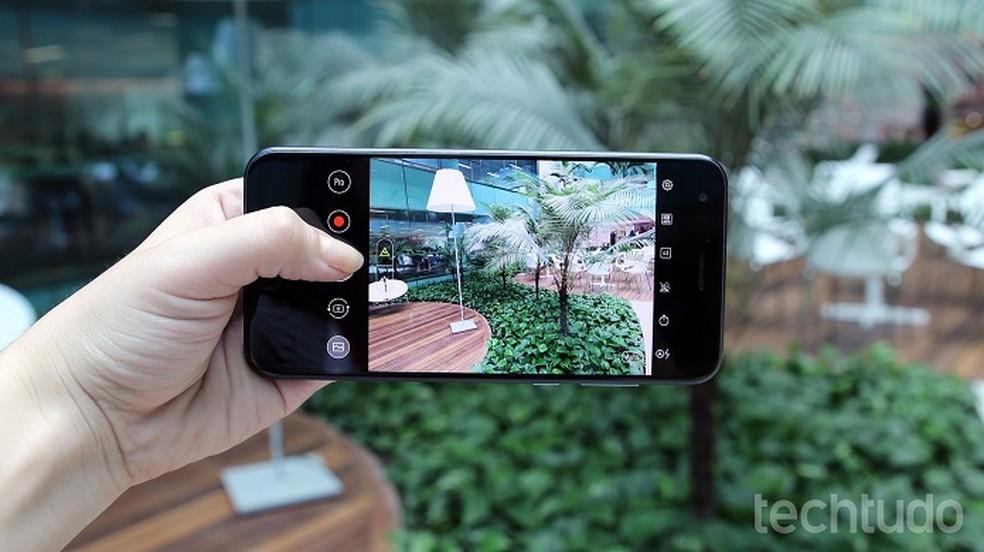 Site Deep Angel usa inteligência artificial para remover objetos de fotos — Foto: Thássius Veloso/TechTudo