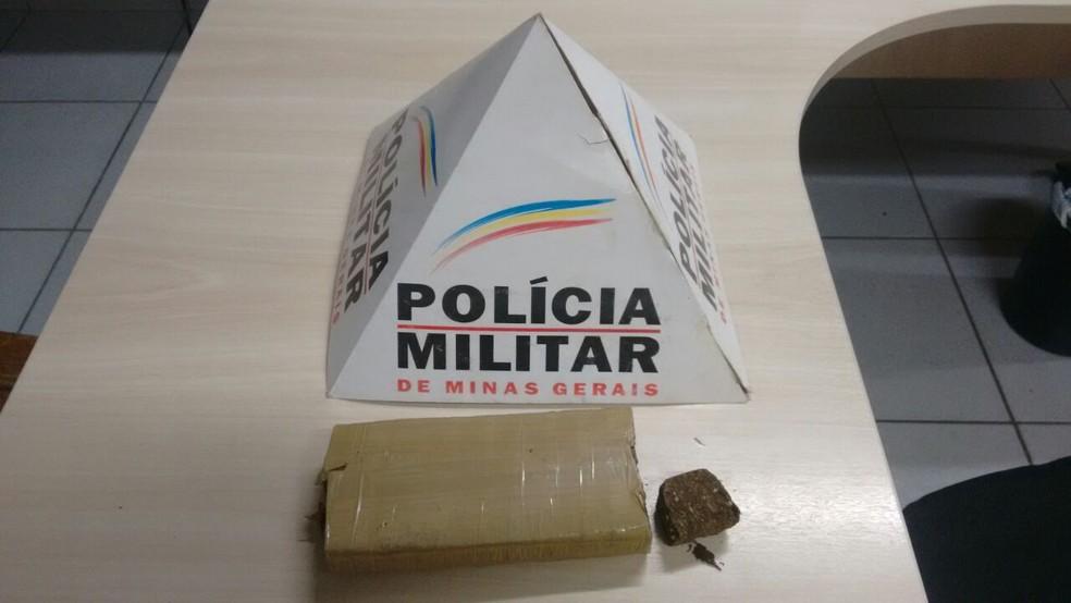Tablete de maconha foi localizado numa sacola que a dupla tentou se livrar durante a fuga (Foto: Polícia Militar / Divulgação)