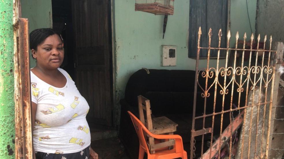 A dona de casa Ana Paula teve a casa onde mora com os quatro filhos invadida pela lama — Foto: Juliana Cavalcante/TV Bahia