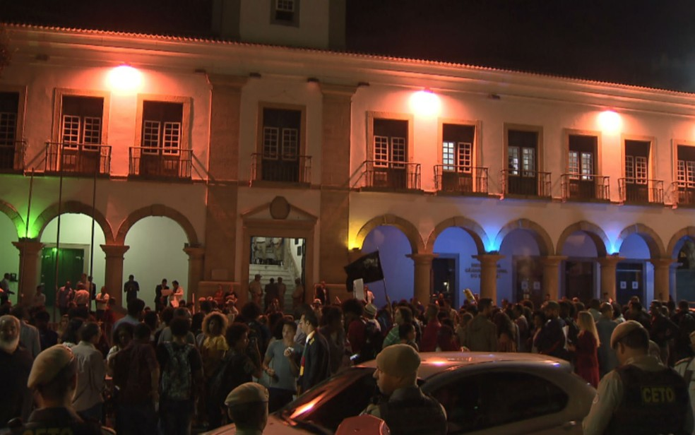 Manifestação ocorreu em frente a Câmara de Vereadores de Salvador nesta segunda-feira. (Foto: Imagem/TV Bahia)