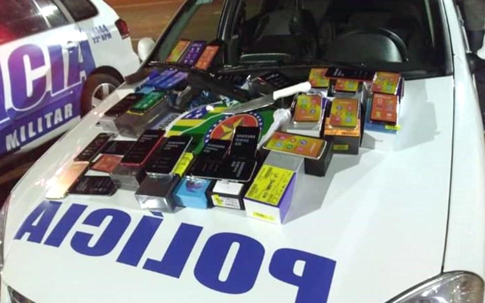 Menores são apreendidos suspeitos trancar funcionários em depósito e roubar mais de 200 celulares em loja de Trindade — Foto: PM/Divulgação