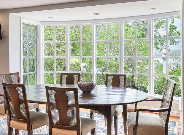 A maior sala de jantar é banhada à luz natural (Foto: Ellis Sotheby's International Realty/ Reprodução)