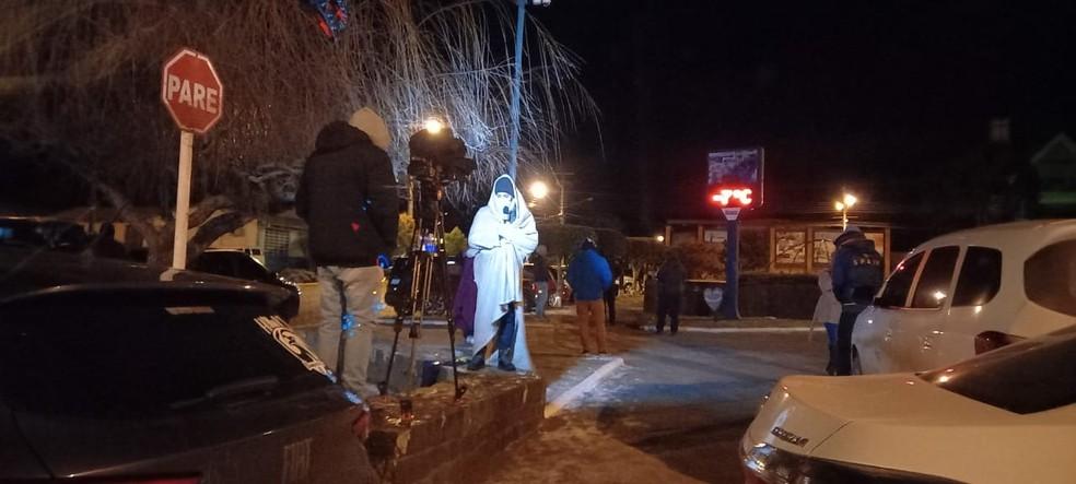 Repórter da NSC Tv Douglas Márcio durante cobertura do frio em Santa Catarina  — Foto: Jean Raupp/NSC TV