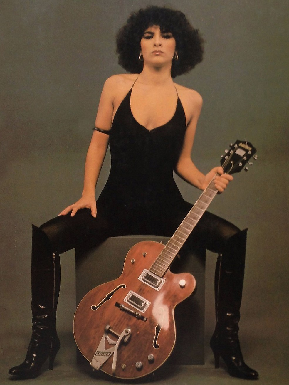 Marina Lima posa com a guitarra em foto da contracapa do primeiro álbum, 'Simples como fogo' — Foto: Antonio Guerreiro / Reprodução contracapa de disco