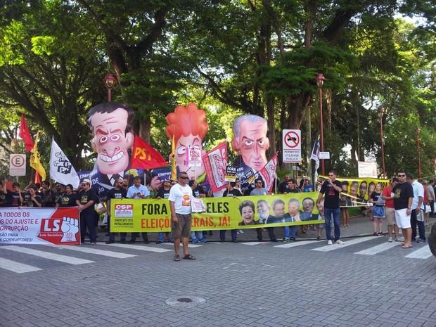 Manifestantes fazem protesto contra Dilma, Temer e Aécio em São José (Foto: Vanessa Vantine / TV Vanguarda)