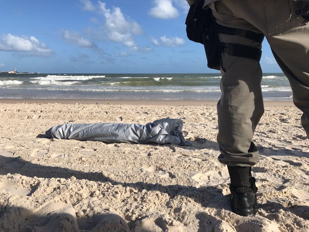 Irmãos entram no mar e um deles morre afogado na Praia da Avenida, em Maceió