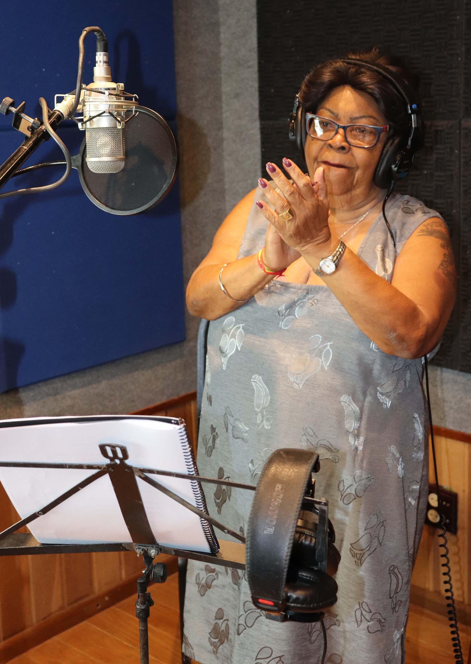 Aos 80 anos, Tia Surica celebra o centenário do compositor Manacéa em álbum com a nobreza do samba
