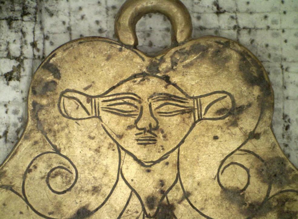 Pingente com a imagem da deusa egípcia Hator — Foto: Ministério da Cultura da Grécia/AP