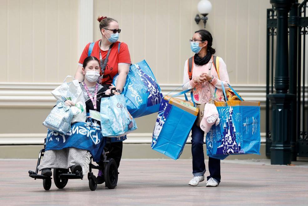 Visitantes da Disney de Paris, na França, usam máscara na reabertura dos parques em 15 de julho — Foto: Charles Platiau/Reuters