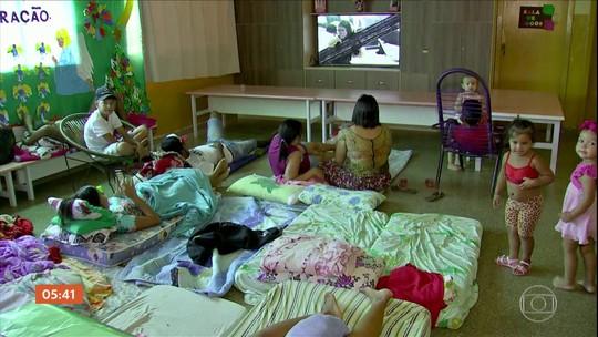 Pais acampam em portas de creches e escolas para tentar vaga para os filhos no MT