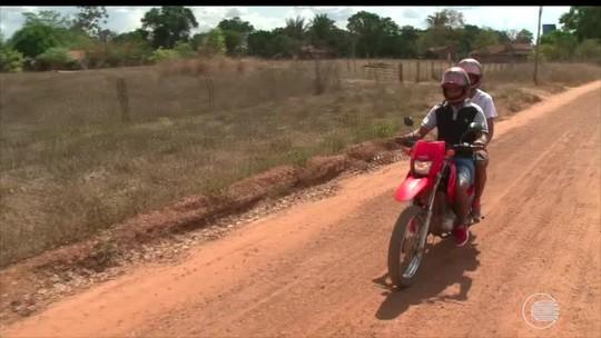 Na garupa da moto, atacante sai do interior e viaja 90km com o pai para poder treinar; assista