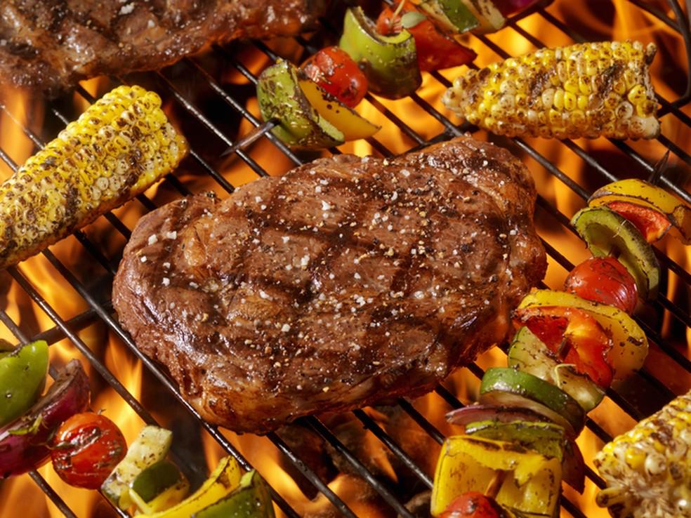O vegano pode driblar problemas de sociabilidade: num churrasco, por exemplo, que tal levar legumes que possam ser grelhados e participar com os amigos? — Foto: Istock Getty Images