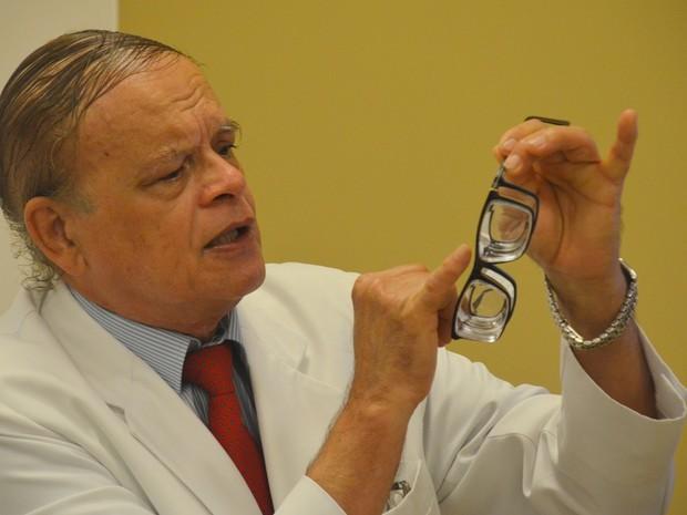 Instrumento desenvolvido pelo oftalmologista Osvaldo Travassos foi apresentado cientificamente este ano, após três anos de pesquisa (Foto: Diogo Almeida/G1)