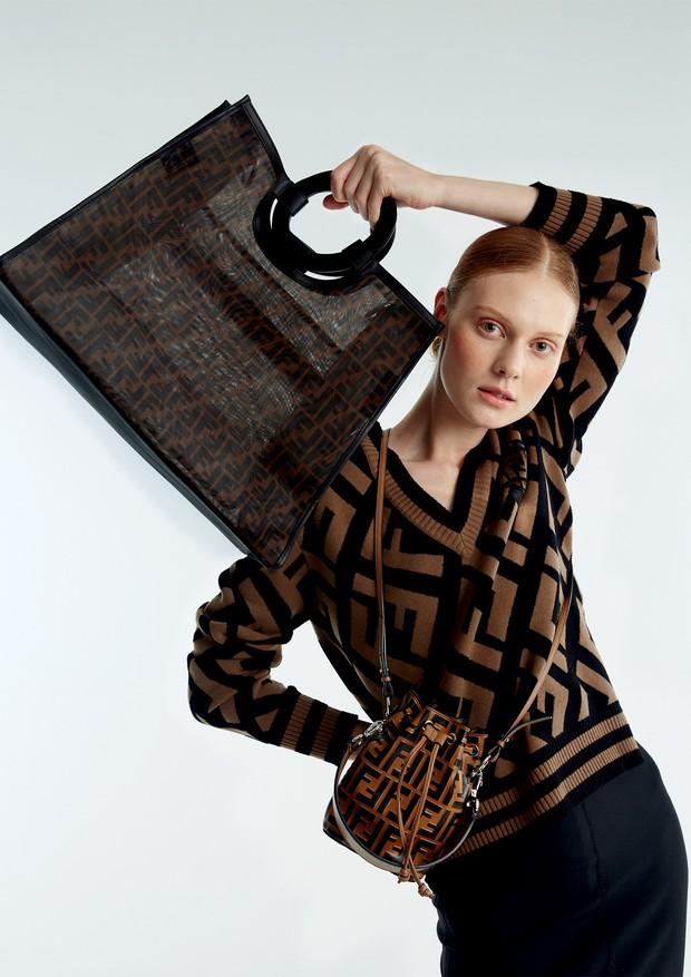 Suéter, tote (R$ 9.700) e bucket bag (R$ 6.670), tudo Fendi (Foto: Mariana Marão)