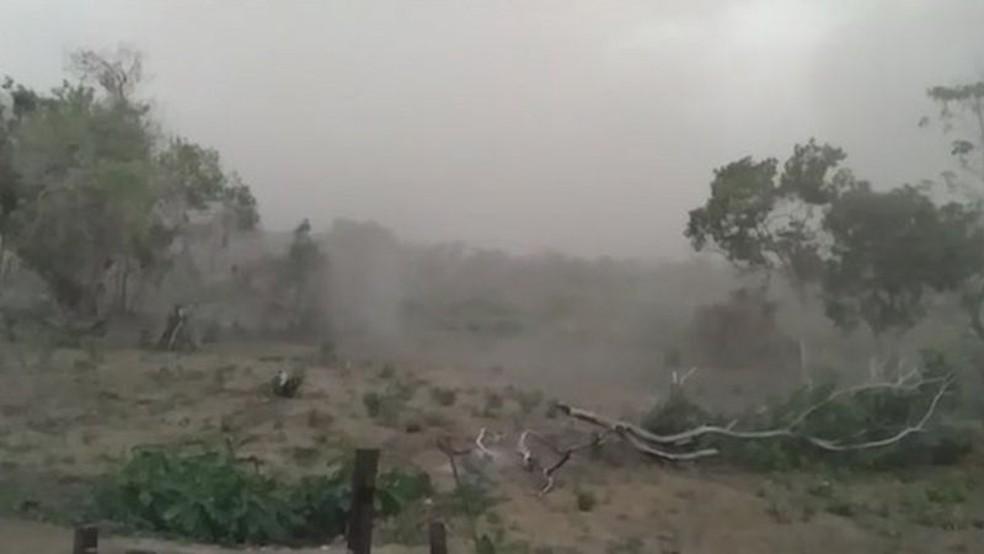 Imagem registrada por moradora de comunidade ribeirinha no último fim de semana mostra tempestade de cinzas se aproximando — Foto: Reprodução/Arquivo pessoal via BBC