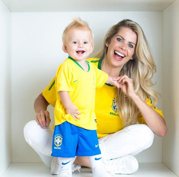 Karina Bacchi e Enrico torcendo para o Brasil (Foto: Shalimar Winkler/Divulgação)