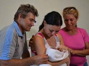 Com o filho nos braços, Pâmela é acompanhada da mãe e do padrasto no hospital (Foto: Leandro Abreu/G1 MS)