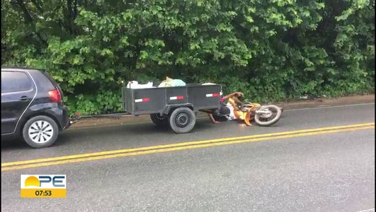 Cavalos soltos na pista causam acidente entre motociclista e reboque em Paulista; veja vídeo
