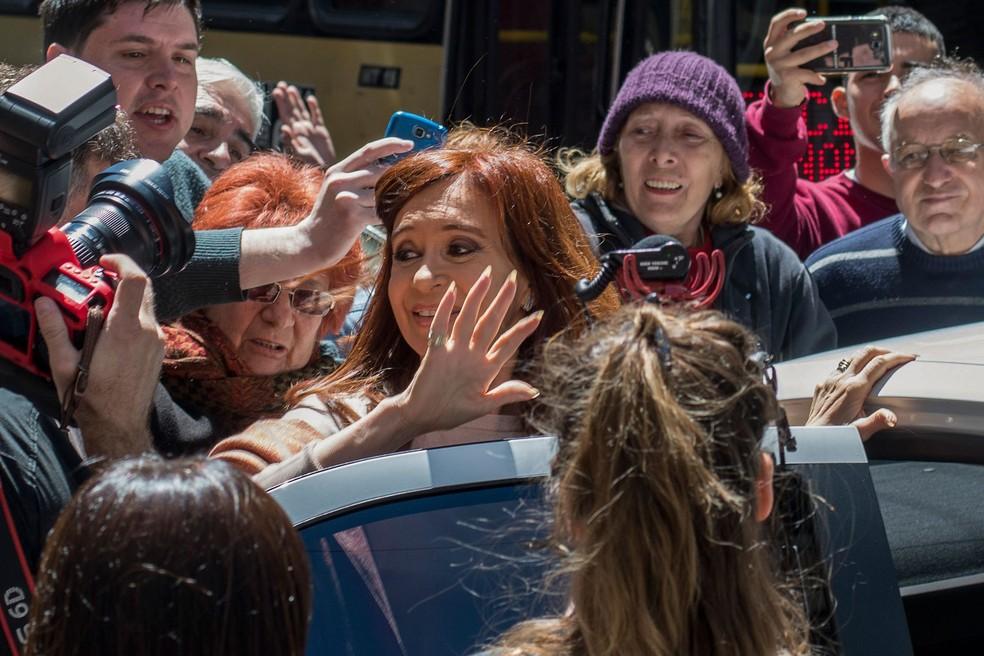 A ex-presidente argentina e candidata ao Senado Cristina Kirchner deixa seu 'bunker', o Instituto Pátria, em Buenos Aires, neste domingo (22), dia em que ocorrem as eleições legislativas do país (Foto: Carlos Brigo/Telam/AFP)