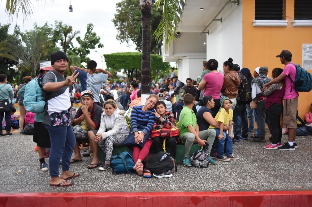 Hondurenhos se reúnem na fronteira da Guatemala com o México nesta sexta-feira (19) — Foto: Johan Ordonez/AFP