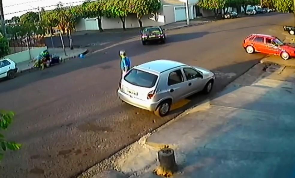Mãe e filho foram arrastados e prensados em um carro estacionado (Foto: Reprodução)