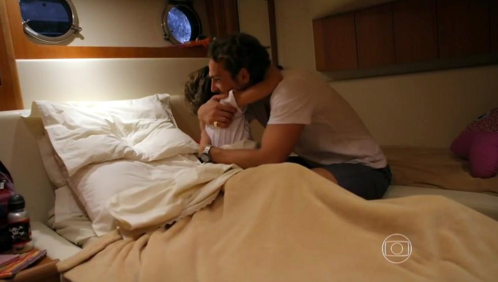 Samuca (Vitor Figueiredo) diz a Alberto (Igor Rickli) que vai guardar segredo sobre o que ele falou sobre Cassiano (Henri Castelli) - 'Flor do Caribe' — Foto: Globo