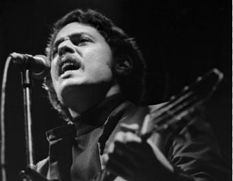 Chico Buarque durante show no Canecão em setembro de 1971