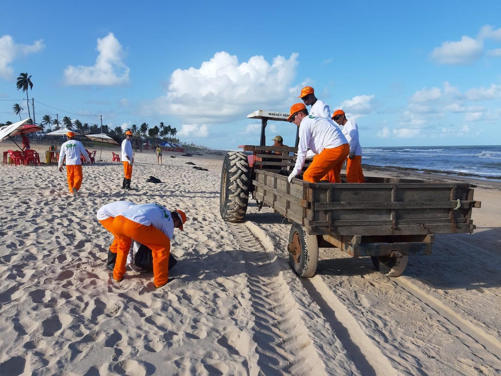 Manchas de óleo começam a chegar às praias de Camaçari 5