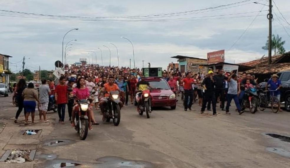 Centenas de pessoas estavam na passeata e circularam em protesto pelas dua cidades — Foto: Divulgação