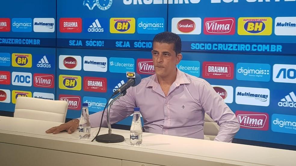 Carlos Ferreira comunicou aos jornalistas a situação sobre Rafael — Foto: Gabriel Duarte/ GloboEsporte.com