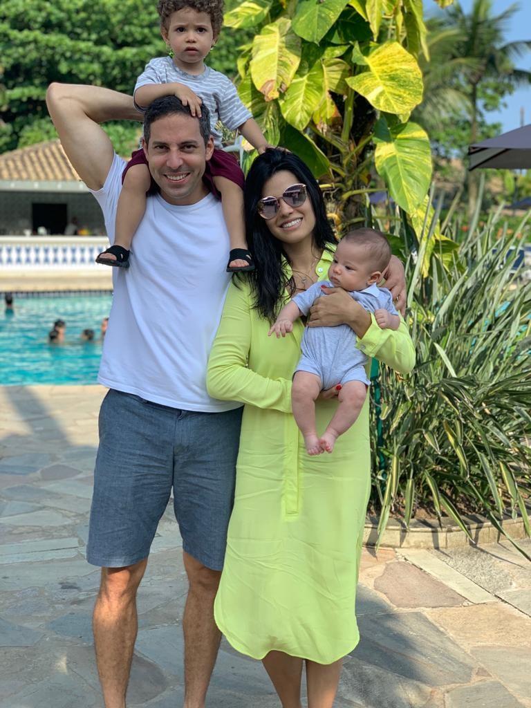 Thabata e Thiago Mattar com os filhos, Thiago e Tom (Foto: Reprodução)
