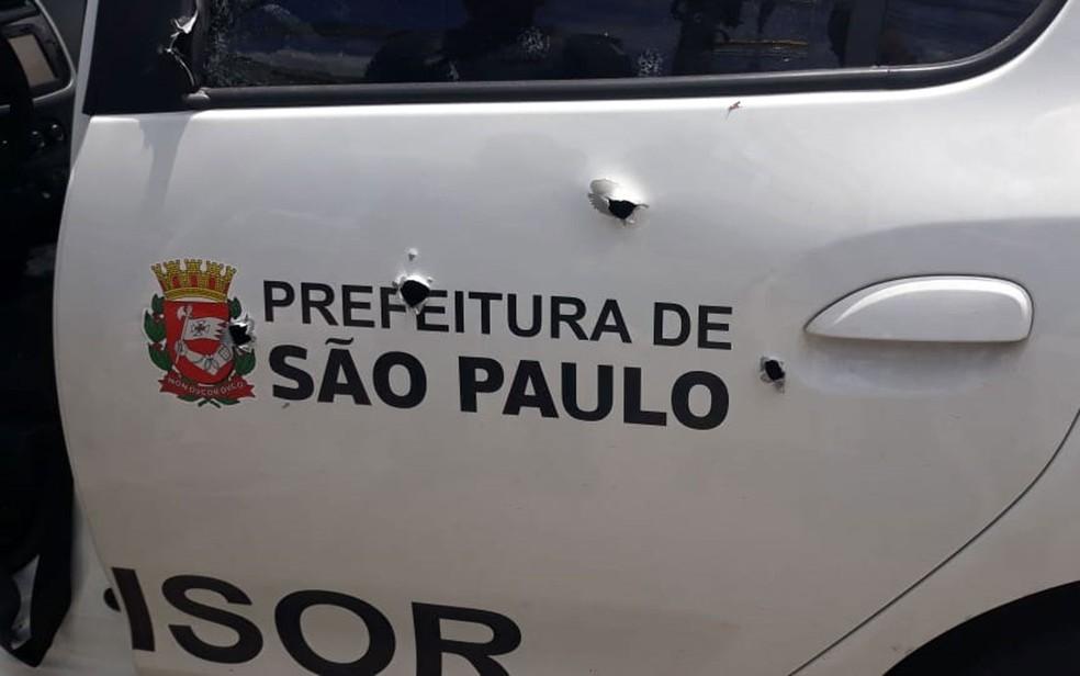 Carro com logotipo da Prefeitura de São Paulo ficou com várias marcas de tiro — Foto: Arquivo pessoal