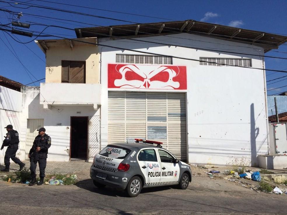 Homem foi assassinado dentro da sede da torcida (Foto: Heloísa Guimarães/Inter TV Cabugi)