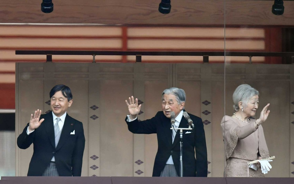 Imperador do Japão Akihito reaparece para festejar aniversário ao lado do príncipe herdeiro Naruhito (à esquerda) e a imperatriz Michiko no Palácio Imperial em Tóquio — Foto: Toshifumi Kitamura / AFP Photo
