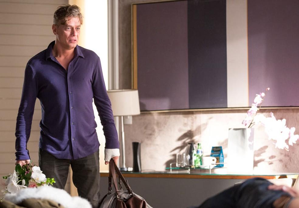 Arthur (Fábio Assunção) flagra Eliza (Marina Ruy Barbosa) na cama com outro homem — Foto: Fabiano Battaglin/Gshow
