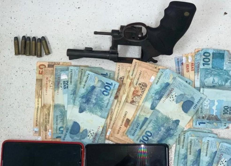 Vendedor de celulares roubados é preso com R$ 3,5 mil em Salvador — Foto: Divulgação/SSP-BA