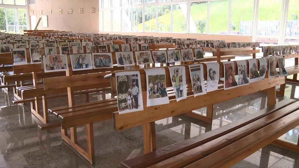 Várias fotos foram colocadas em bancos do santuário, em Ibiraçu — Foto: Archimedis Patrício/ TV Gazeta