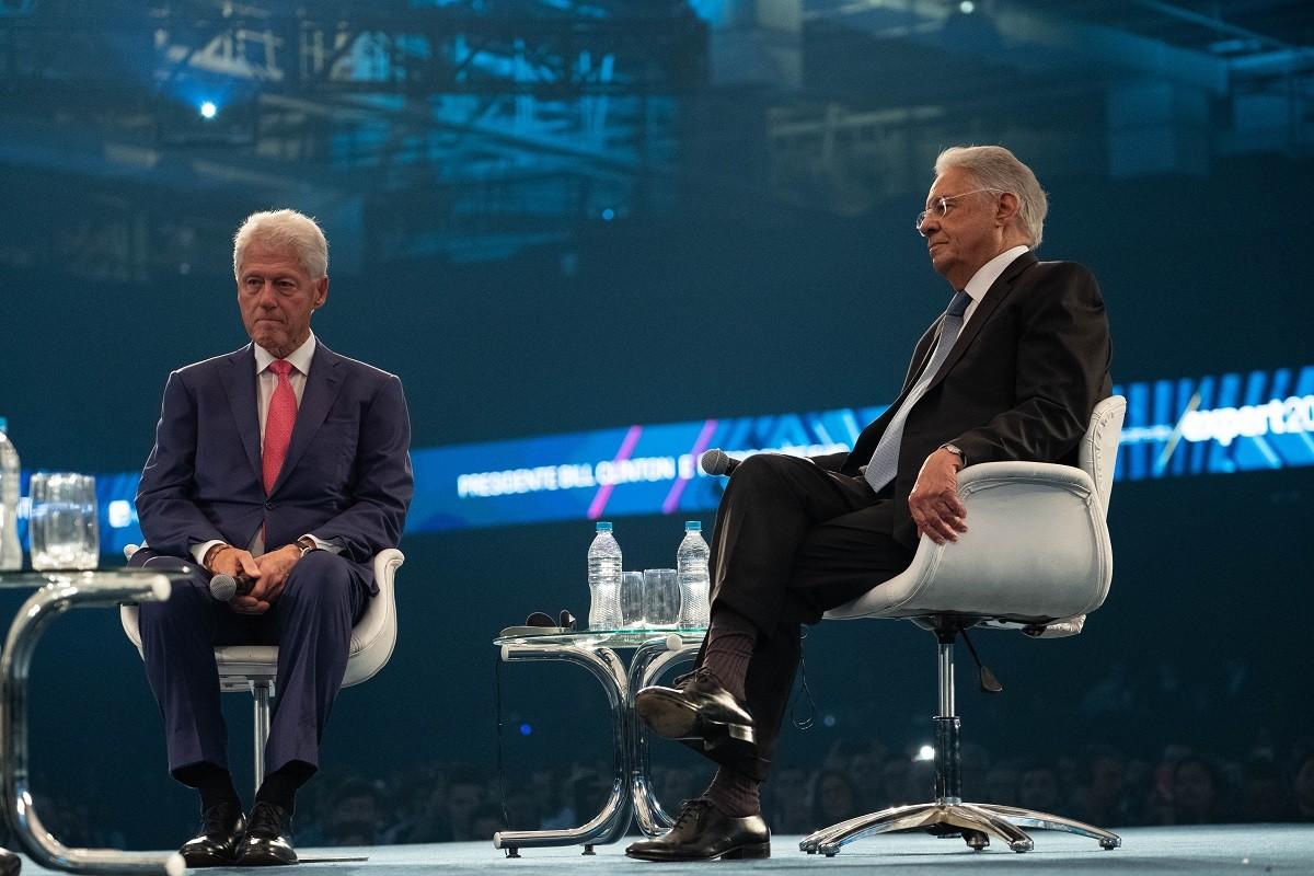 BILL CLINTON (À ESQUERDA) E FERNANDO HENRIQUE CARDOSO, EM EVENTO DA XP INVESTIMENTOS  (Foto: Tiago Ribeiro/Divulgação)