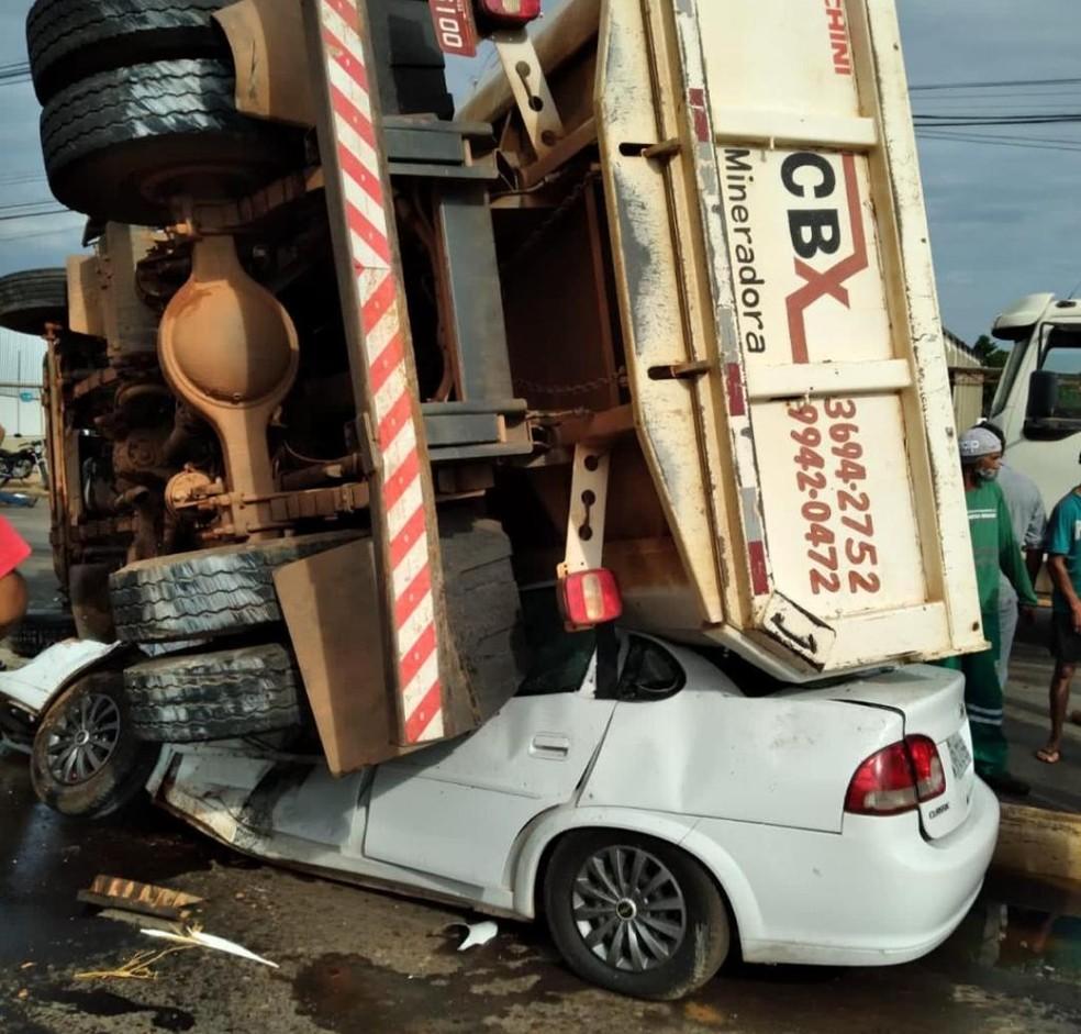 Carro foi esmagado por caminhão caçamba em Várzea Grande — Foto: Arquivo pessoal