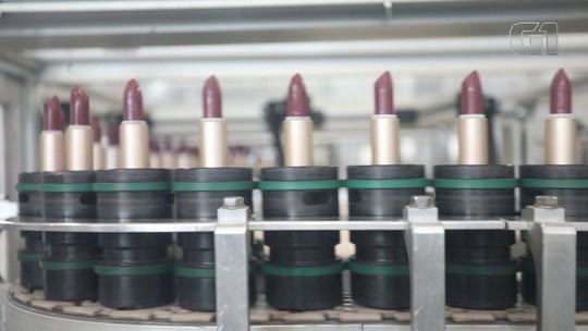 Veja como é feito um batom; produto é criado a partir de uma barra gigante colorida