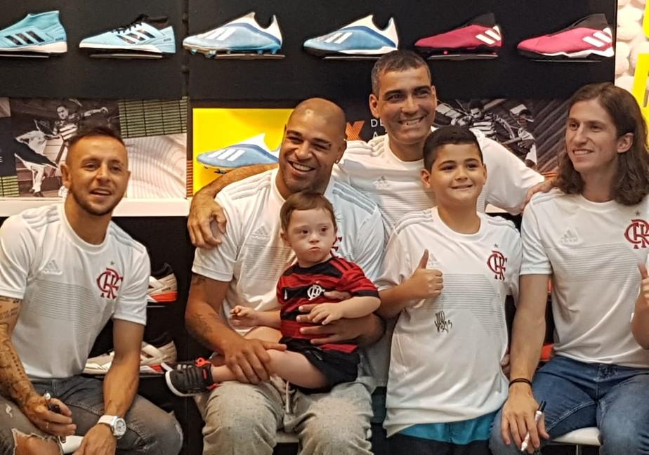 Com Adriano e laterais, Flamengo lança camisa comemorativa e leva multidão a shopping no Rio