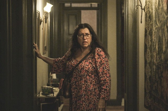 Regina Casé como Lurdes em cena de 'Amor de mãe' (Foto: Reprodução)