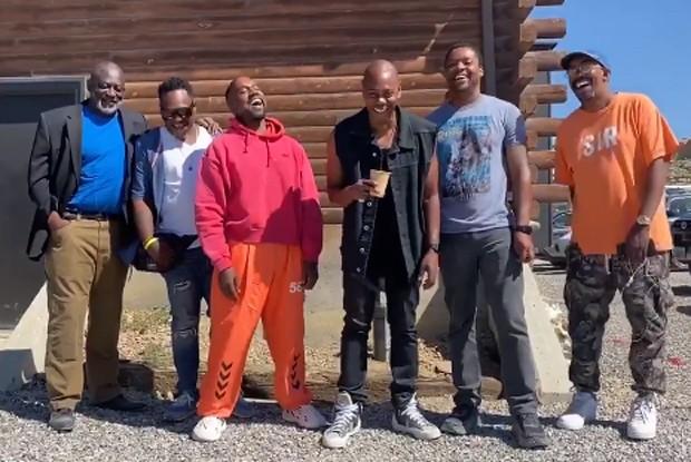 Kanye West (de blusa vermelha_ e Dave Chapelle (de colete preto) com amigos (Foto: Reprodução/Twitter)